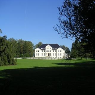 Das Schloss Wichmannsdorf liegt prachtvoll im Park.