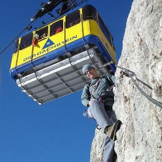 Ausgesetzt und spektakulär: Der Skywalk Klettersteig am Hunerkogel/Dachstein.