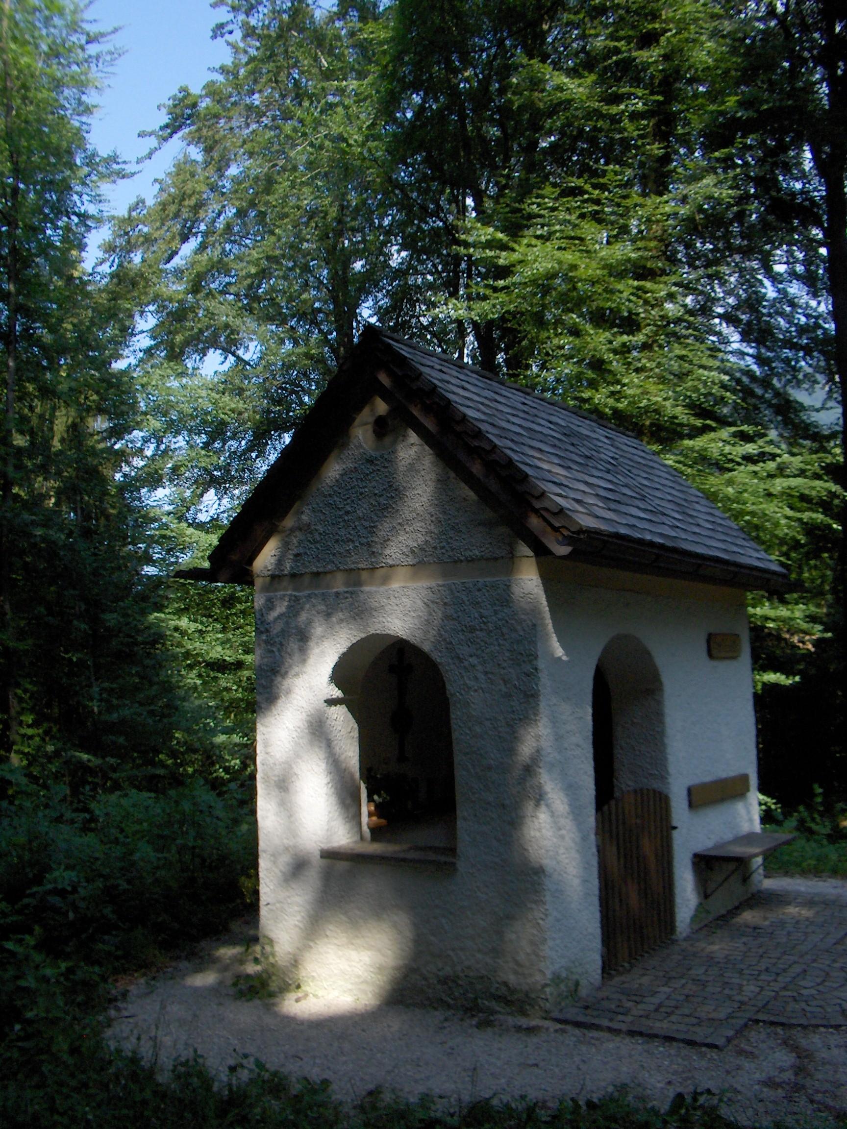 Auf die Hofkapelle treffen wir im Wald.
