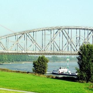 Blick auf die Haus-Knipp-Eisenbahnbrücke.