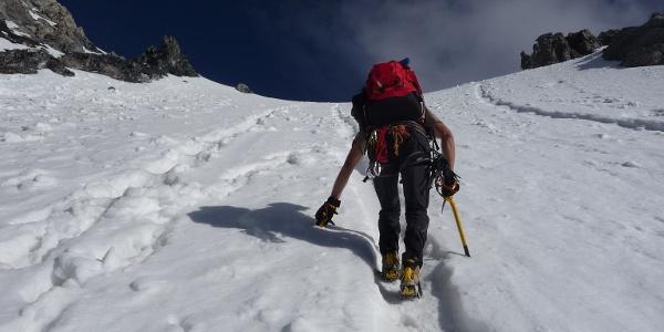 In der bis zu 45° steilen Eis- und Schneerinne.
