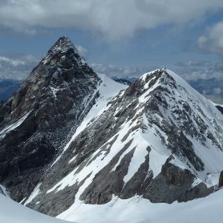 Die Thurwieserspitze, aufgenommen vom Hochjoch, mit dem Grat vom Thurwieserjoch zum Ortlerpass über welchen die Route des Ab-  bzw. Anstiegs führt
