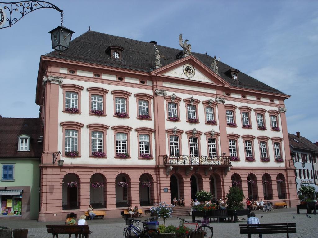 Das Gengenbacher Rathaus (1) ist zugleich das weltgrößte Adventskalenderhaus