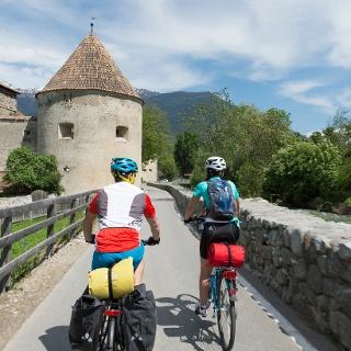 Die Etschradroute führt entlang der Stadtmauer von Glurns.