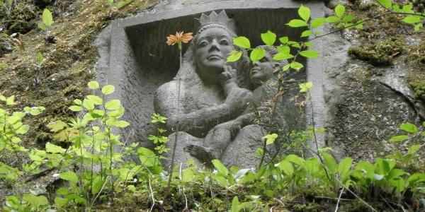Den unteren Eingang der Schlucht krönt dieses Marienrelief