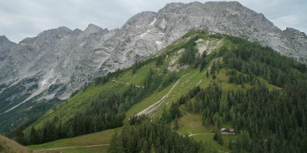 Der Eckersattel: Von hier führt der deutsche Weg serpentinenreich, der österreichische Weg in weitem Bogen hinauf zum Purtschellerhaus auf dem Eckerfirst.
