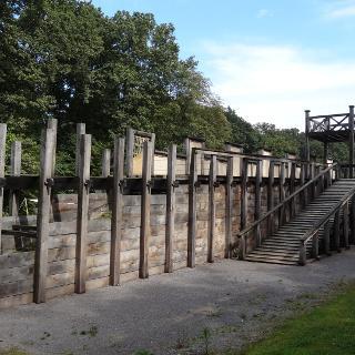 Holz- Erde Mauer