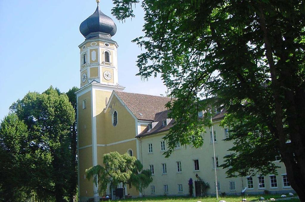 Die Klosteranlage der Missionsbenediktinerinnen in Bernried. ()