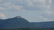 Blick auf Berge und Burgen