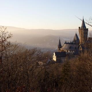 Blick vom Aussichtspunkt Agnesberg auf das Schloss Wernigerode und den Brocken.