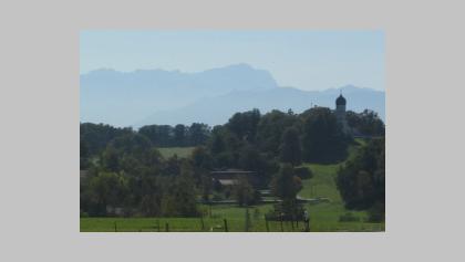 Die Kirche Holzhausen mit Alpenpanorama.