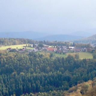 Ein Dorf hoch über der Pfalz.