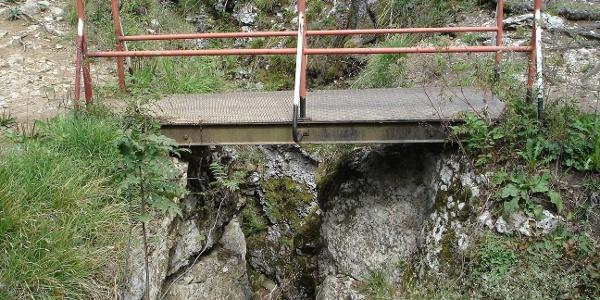 Diese Brücke führt über die Höllenlöcher.