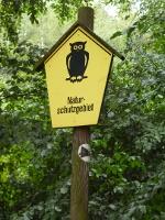 Foto Das Naturschutzgebiet ist mit einer Eule auf gelbem Grund markiert
