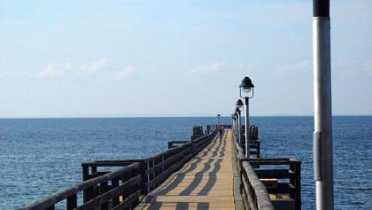 Die Strandbrücke Lubmin lädt zu einem Spaziergang über dem Meer ein.