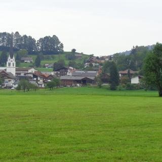 Hofrunde mit Blick aufs Dorf