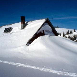 Die Alpe Mittelberg versinkt im Schnee.