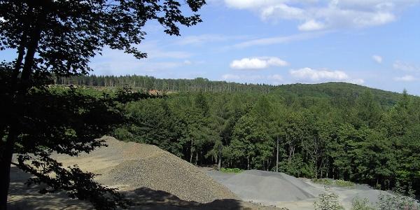 Das vulkanische Gestein des Basalts wird in Deutschland besonders in der Rhön abgebaut.