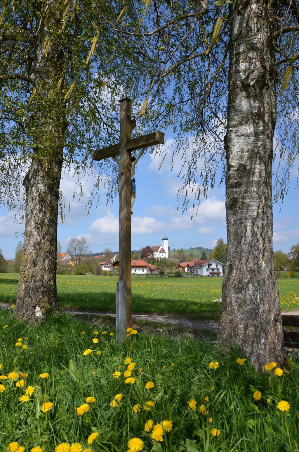 Feldkreuz mit Blick auf Böbing im Hintergrund (Andreas Klausmann)