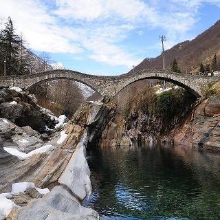 Die Ponte dei Salti überspannt bei Lavertezzo den Fluss Verzasca.