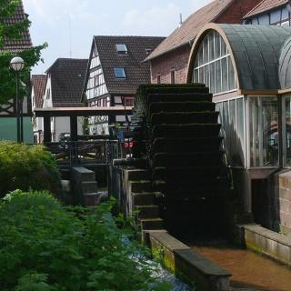 Das Wasserrad an der Queich in Annweiler hat früher einmal die Lohmühle angetrieben.