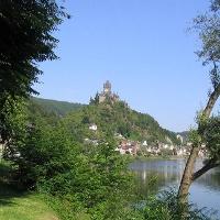 Vom Aussichtspunkt Hüttenberg reicht unser Blick bis nach Cochem. Hier die Cochemer Reichsburg.