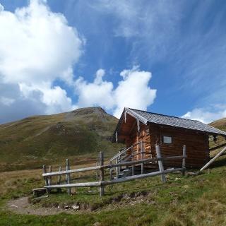 Die Schutzhütte unterhalb des Klinglertörls. Im Hintergrund der Hochkogel.