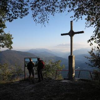 SAT 500 Mezzocorona-Monte. Lo slargo con la croce che segna la fine del sentiero