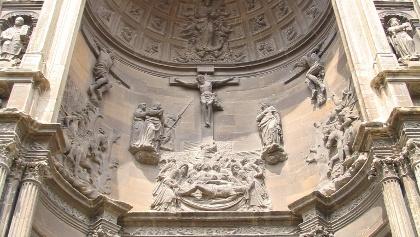 Die Fassade der gotischen Kirche Santa María in Viana.