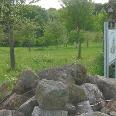 Streuobstwiese, Lebensturm und Steinhaufen - wertvolle Lebensräume nahe Mühlhofen.