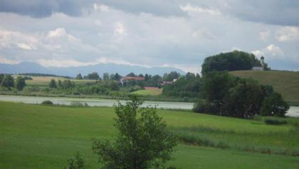 Egglburger See und Egglburger Kirche.
