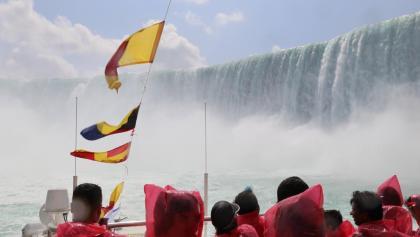 Mit dem Schiff ganz nahe beim Wasserfall