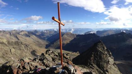 Gipfelkreuz auf der Vorderen Sonnenwand, Blick nach Norden (im Hintergrund ist die Pforzheimer Hütte zu sehen)