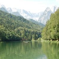Der Rießersee mit Blick auf die Waxensteine.