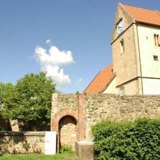 Die Wehrkirche in Kaltensundheim stammt aus dem 17. Jh.