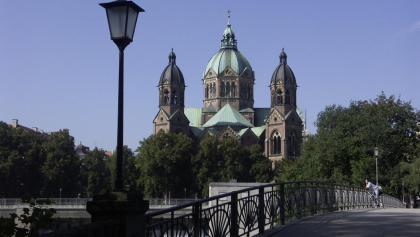 Am Kabelsteg fällt der Blick auf die neogotische Mariannenkirche am anderen Ufer.