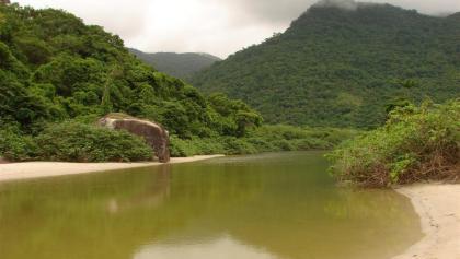 Flussmündung am Strand von Dois Rios.