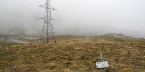 Hochspannung im Nebel