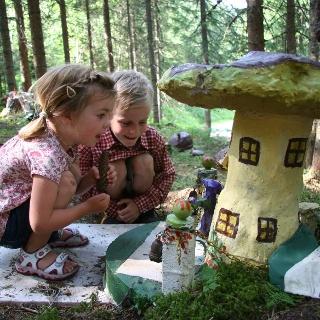 Kinder bestaunen die Schwammerlstadt am Schwammerlweg