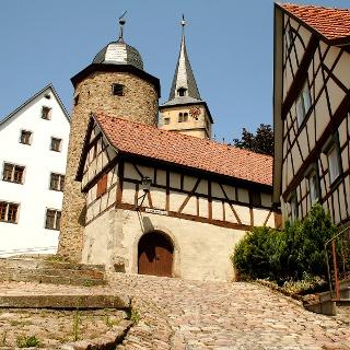 Die fränkische Siedlung Nordheim vor der Rhön wurde schon um 525 gegründet und besitzt einen schmucken Ortskern.