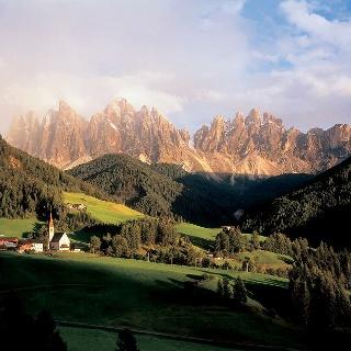 Blick auf das Villnösser Tal und die Geisler Spitzen.