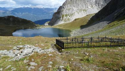 Blick vom Obstanser Sattel über den Kriegerfriedhof und zur Obstanser Seehütte.