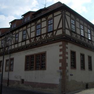 In der Altstadt von Vacha sehen wir sehr schöne Fachwerkhäuser wie hier am Kirchplatz.
