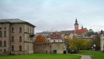 Ein Blick auf den Kurpark mit der Stiftskirche im Hintergrund.