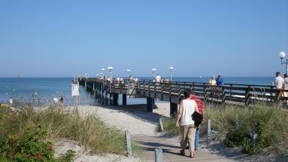 Von der Seebrücke in Binz fahren regelmäßig Ausflugsschiffe.