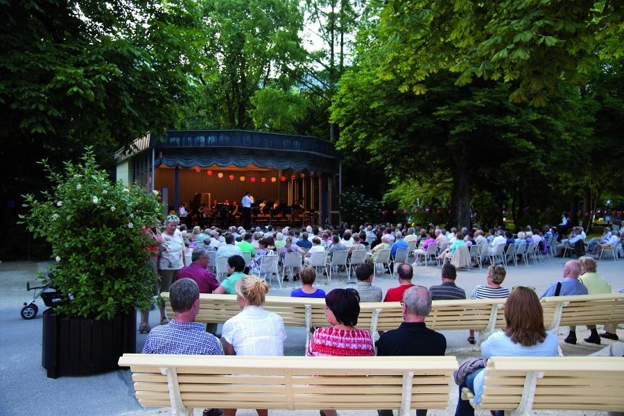 Kurmusik inder Konzertrotunde im königlichen Kurgarten