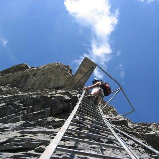 Kurz unterhalb des Zwischenpodestes im Leukerbader Klettersteig.