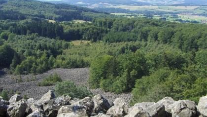 Von der Bank am Schafstein genießen wir einen herrlichen Ausblick in die Ebene.