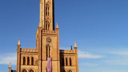 Weithin sichtbar ist der 48 m hohe Turm der 1845-48 erbauten Backsteinkirche von Fürstenberg.