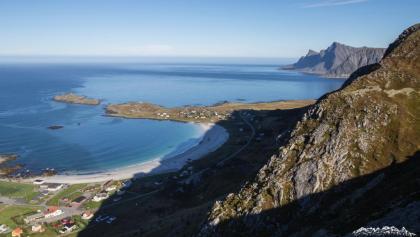Weiße Sandstrände, türkisfarbenes Meer, schroffe Gipfel: die Lofoten